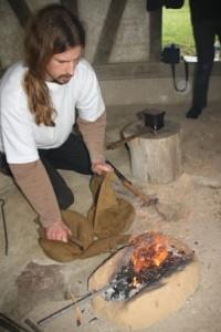 035 Quentin le forgeron attise les braises à l'aide de soufflets